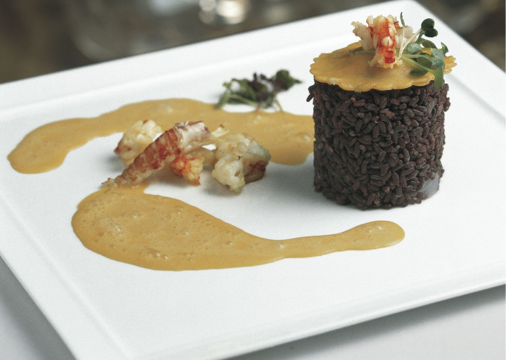 Black rice with river crayfish