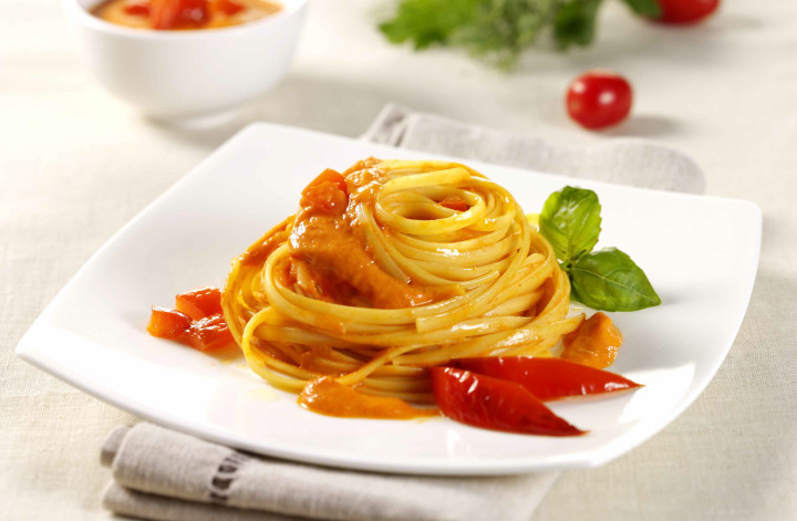 Linguine in bell pepper cream sauce