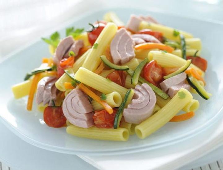 Macaroni with tuna and sautéed vegetables
