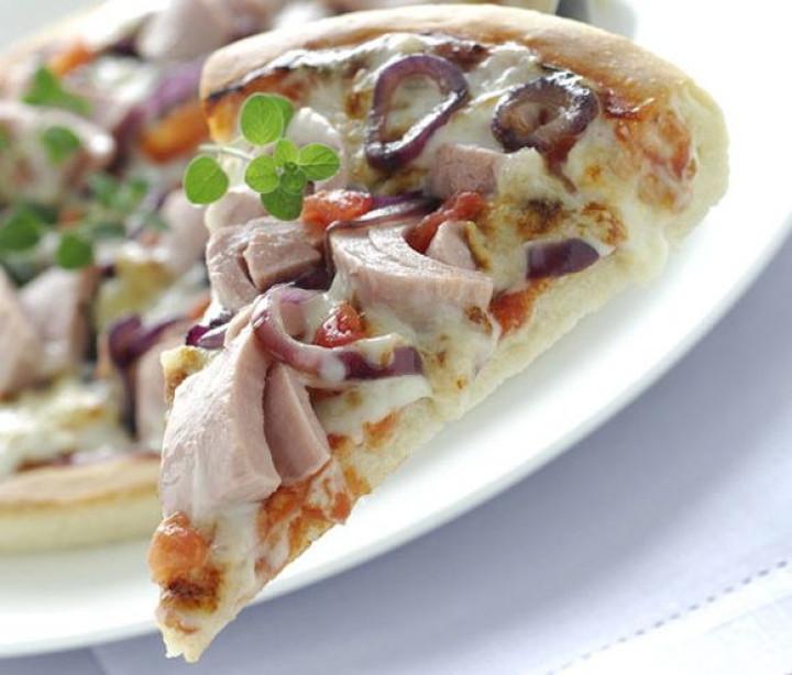 Mediterranean tuna & red onion pizza
