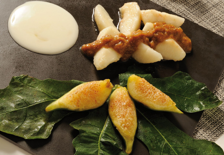 Pears with fig sauce and yogurt