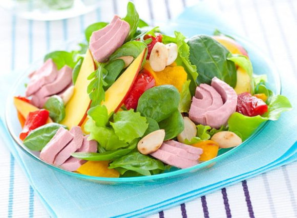 Salad with tuna, peppers, mango and almonds