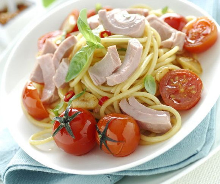 Sauteed spaghetti with tuna and cherry tomatoes