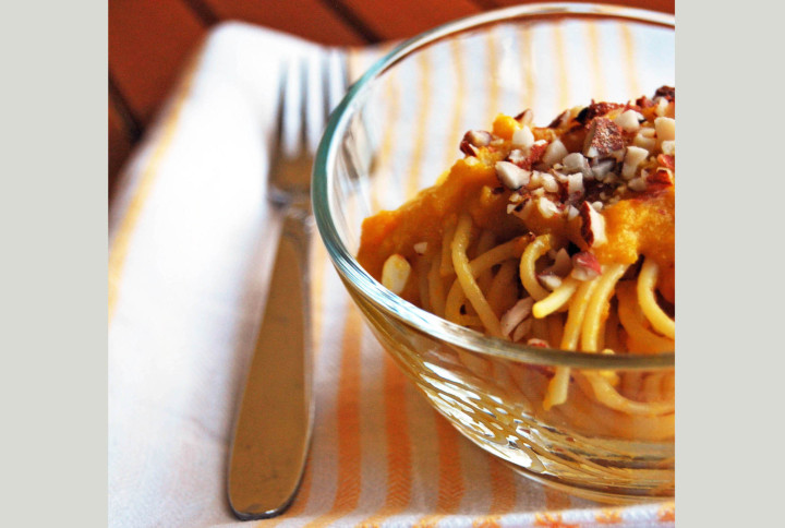 Spaghetti with carrot cream, leek and almonds