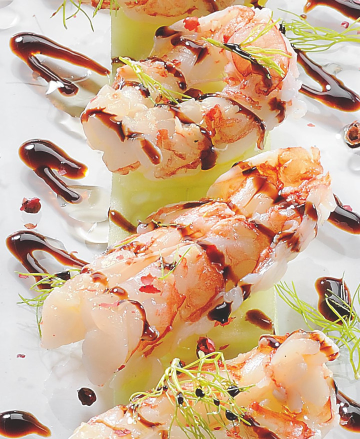 Steamed crayfish marinated in pink pepper