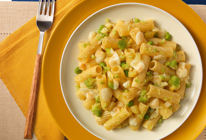 Tortiglioni with broccoli, peas and cheddar