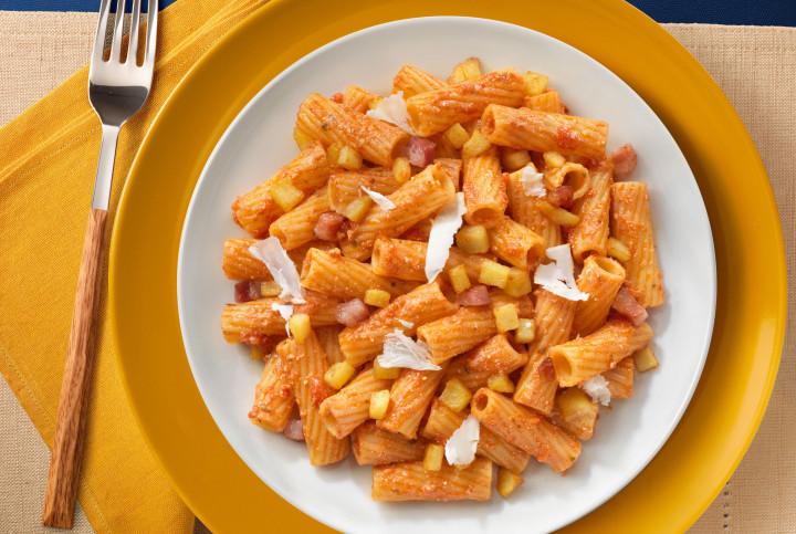Tortiglioni with tomatoes, salted ricotta and potatoes