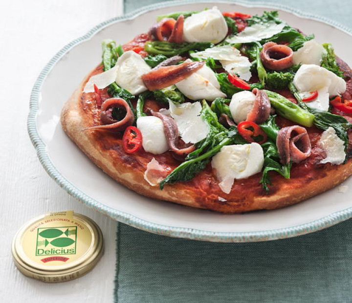 Double tomato Pizza with anchovies, basil and chilli pepper- flavoured oil